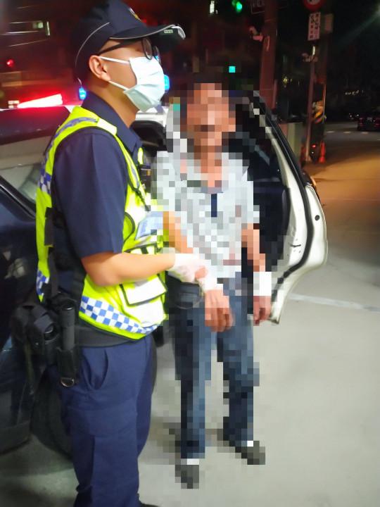 醉漢為撿酒瓶跌倒摔傷 警及時協助救護撿回一命